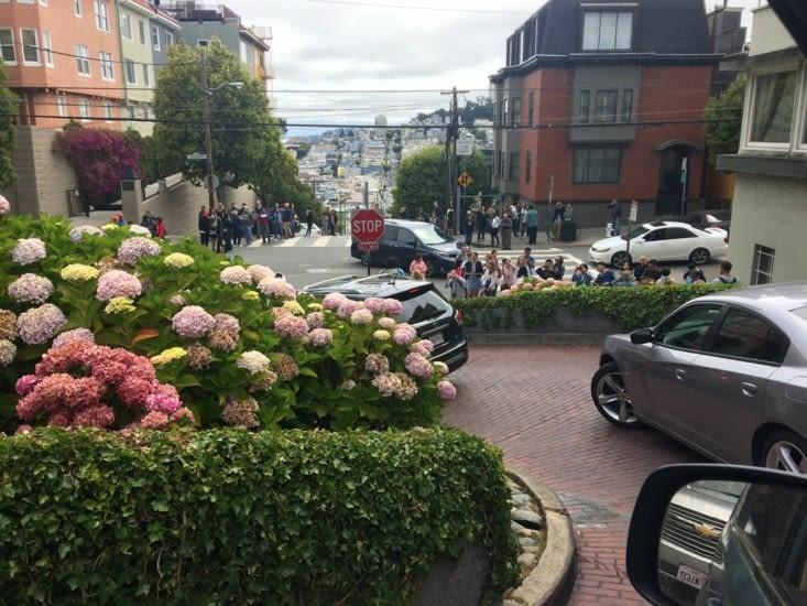 Conduire Lombard Street, devant des dizaines de touristes