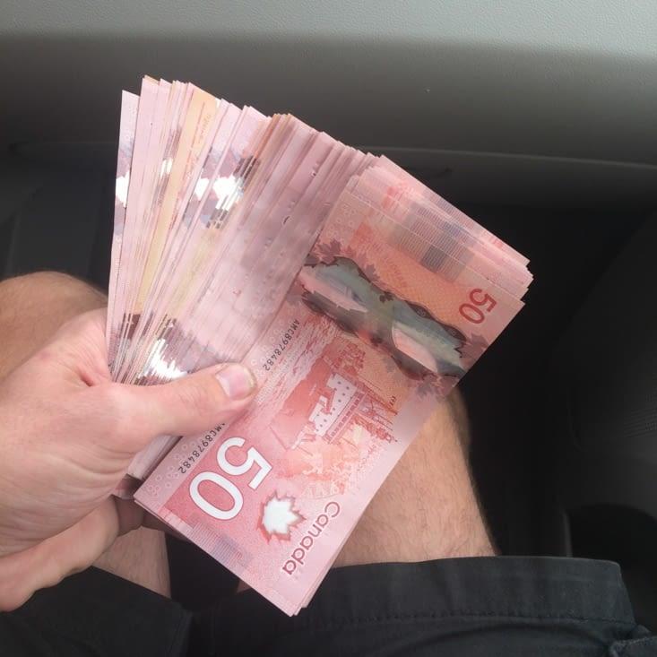 5 000 $, en billets de 50 $…