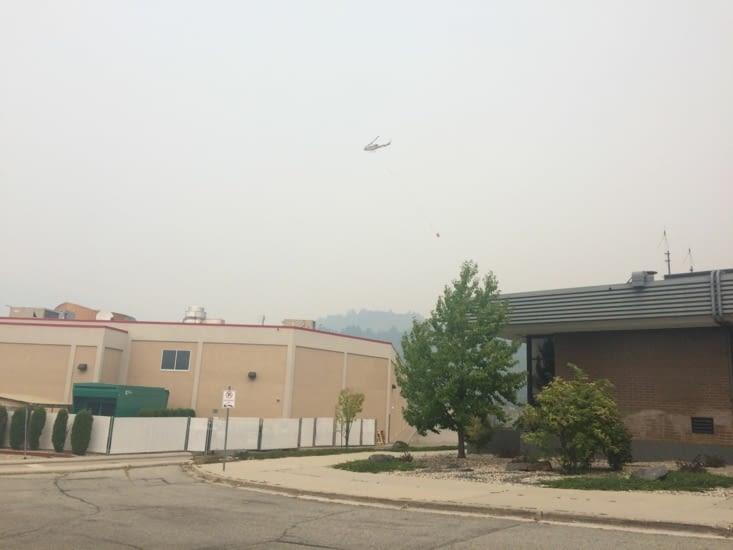 Hélicoptère bombardier d'eau à Ootischenia