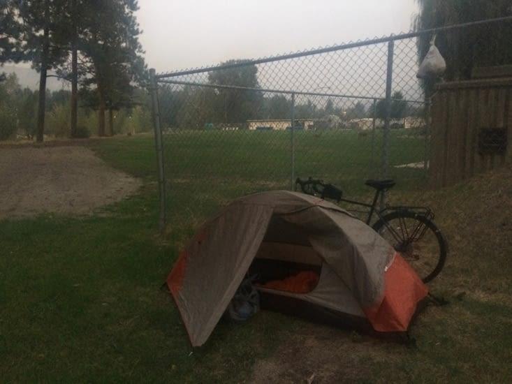 Je plante la tente au détour d'un terrain de sport