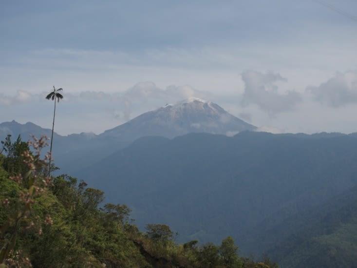 Au loin, le volcan nevado del ruiz