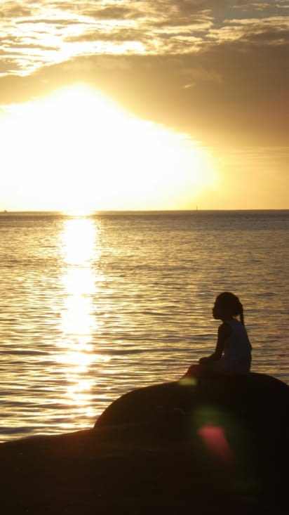 Petite vahine admirant le coucher de soleil