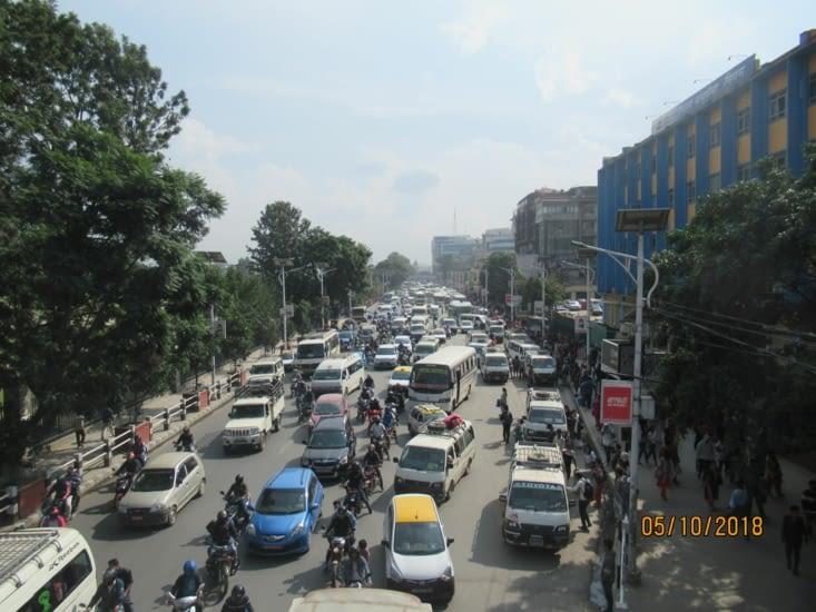 Début d'après-midi, c'est pas l'heure de pointe, mais déjà pas mal de traffic...