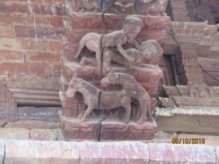 Durbar square : détail sur un des temples, plutôt explicite ...