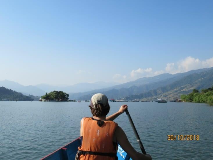 ...à prendre la nôtre, on se rend sur la petite île au milieu du lac, qui abrite un temple