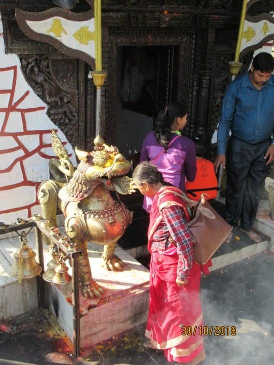 Au temple les cérémonies hindoues vont bon train