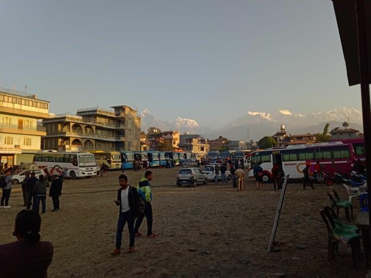 On quitte Pokhara par le terminal de bus avec la même vue qu'à l'arrivée,