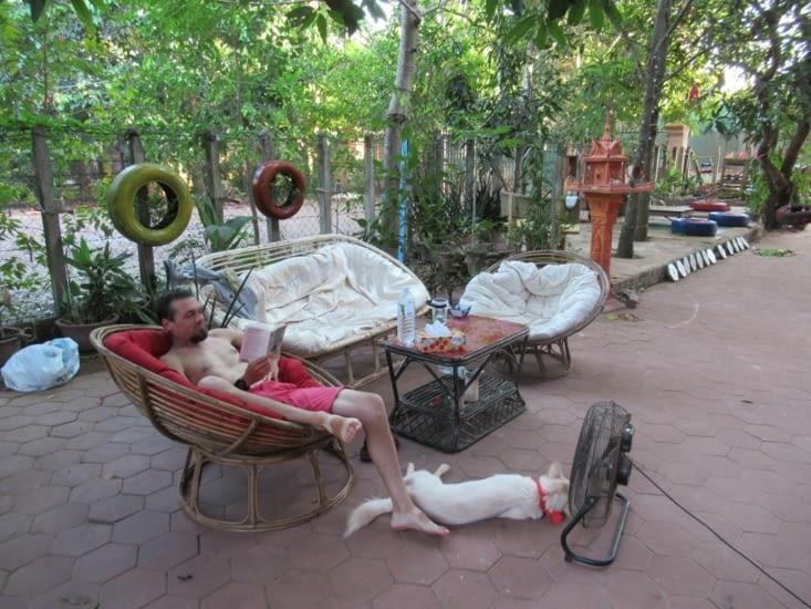 Détente à notre première guesthouse, après une bonne journée de vélo à Angkor