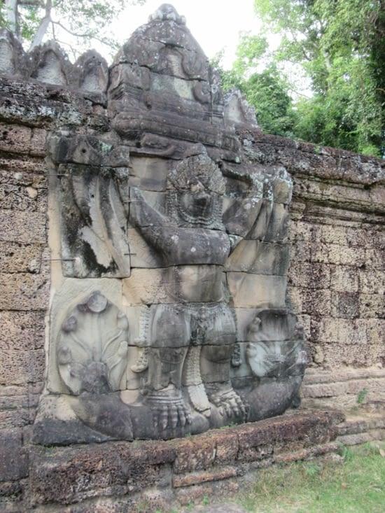 Garuda, homme-oiseau et monture du dieu Vishnu, avec les Nagas,