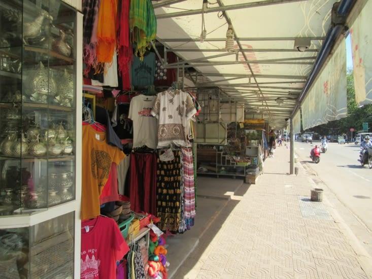 les boutiques pour les touristes, à 1 - 2 euros le tee-shirt