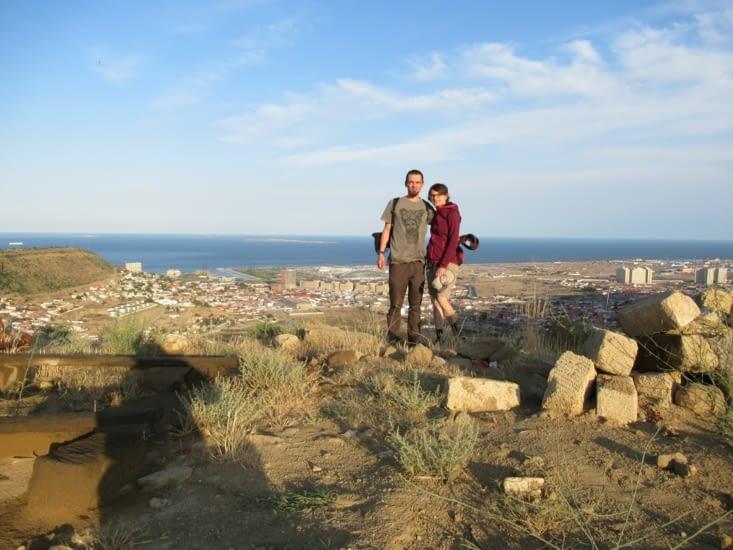Vue sur un autre Baku, pas reconstruit et encore occupé par des champs de pétrole