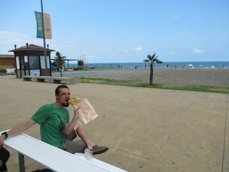 Batumi -Dégustation de produits locaux au bord de mer (khachapuri, pain fourré au fromage)