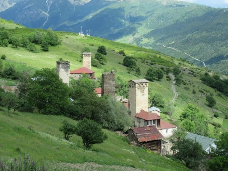 Village médiéval avec ses koshkis, tours de défense en pierre du IXème siècle,