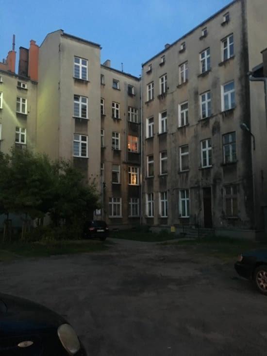 Notre bel immeuble au fond à gauche, ça vous donne envie? :)