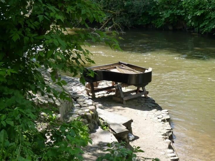 Tiens un piano au bord de l'eau...