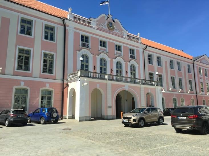 Le parlement estoniens rose comme sa présidente...