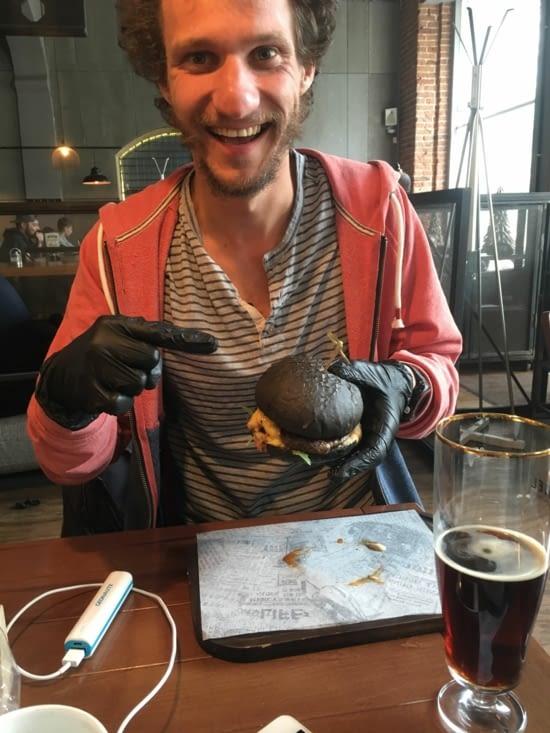 Burgeeeeeer au pain noir avec les gants pour faire plus plus quoi!!!