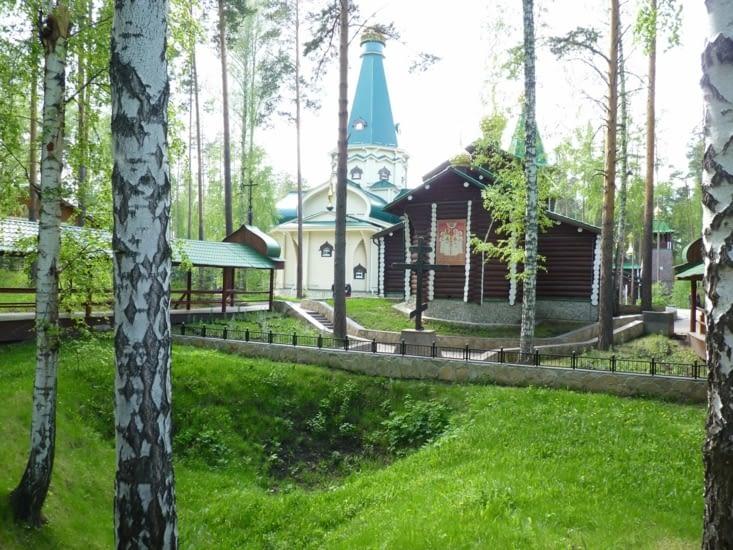 La fosse où ont été retrouvés les corps des  Romanovs avec une des 7 églises....