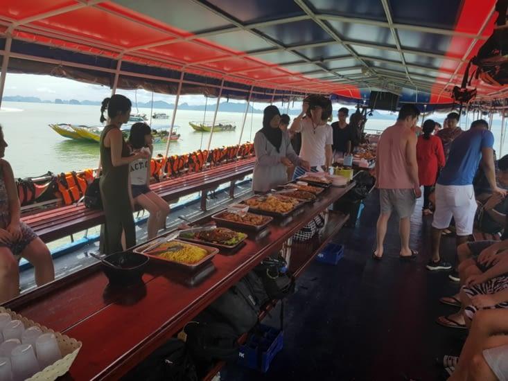 Un bon repas Thaï sur le bateau