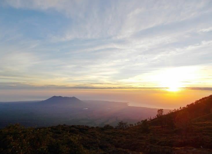 Lever de soleil, posée sur les bords du cratère