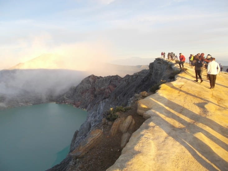 Sur le bord du cratère
