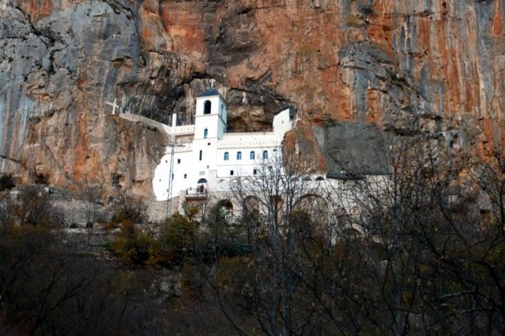 Le monastère d'Ostrog, encore plus haut perché, carrément imbriqué dans la falaise !