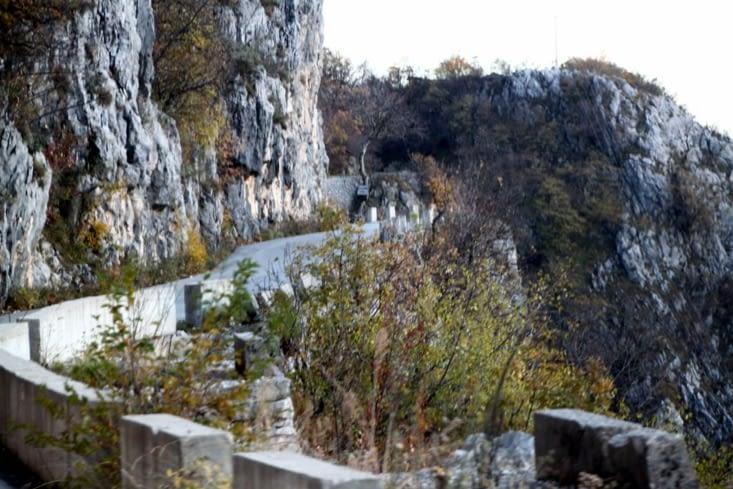 La route qui monte au monastère est magnifique, mais fort étroite.
