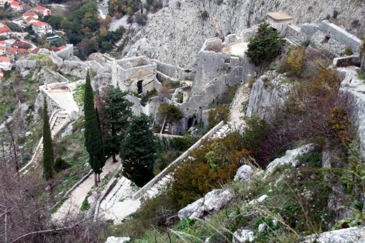 Les remparts qui encerclent la ville se prolongent jusque haut dans la falaise.
