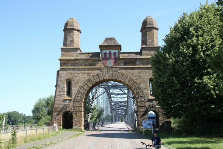 Le vieux pont nous ouvre les portes de la ville.