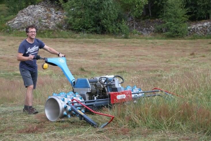 Journée de foin. Bruno en action ! Avec une machine suisse, s. v. p.