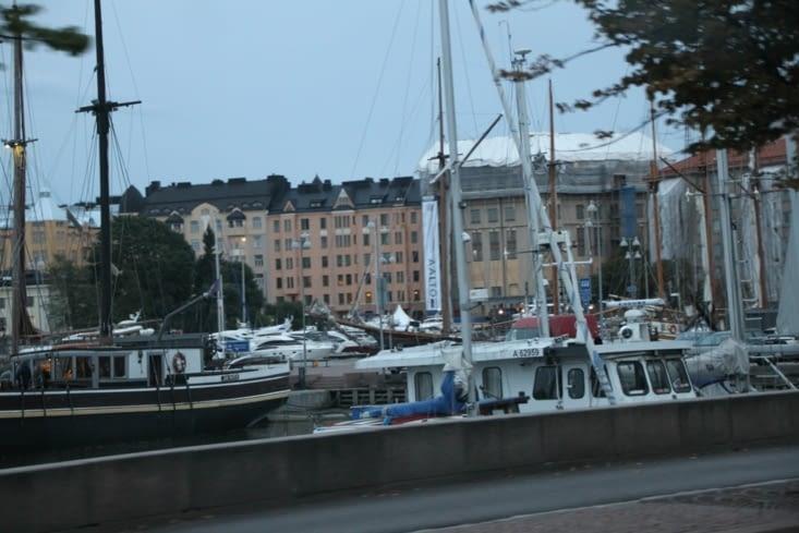 Sinon, toute la ville nous semble tournée vers le port.