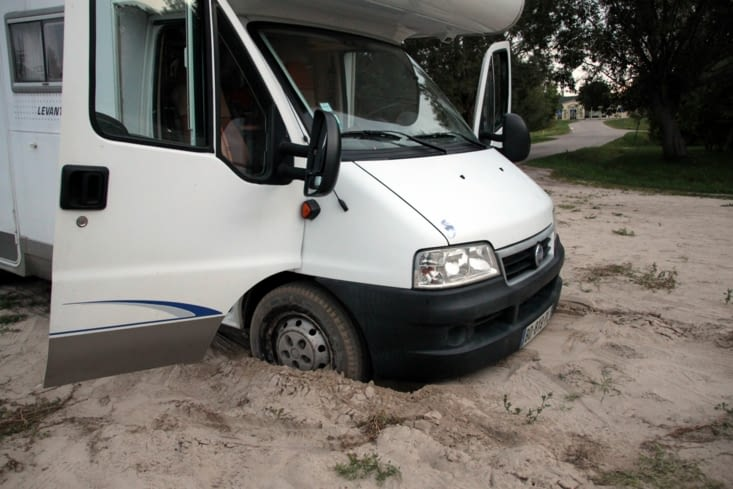 Oops, this road looks a bit sandy. Too late, we are stuck !