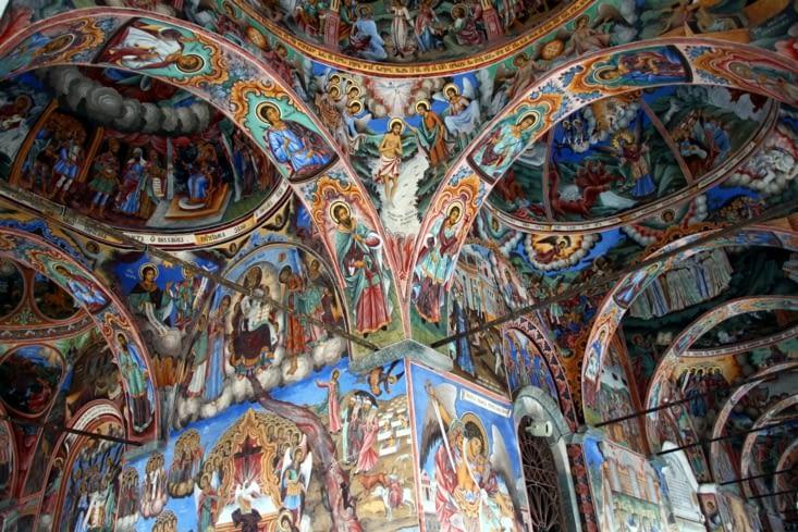 Les fresques à l'extérieur de l'église du monastère. Quelle richesse !