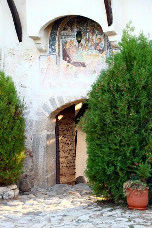 Un peu plus au sud, le monastère de Rozen.