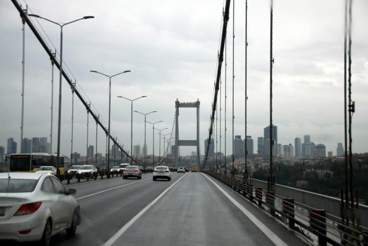 Nous traversons le Bosphore sur un des trois ponts qui relient l'Asie à l'Europe.