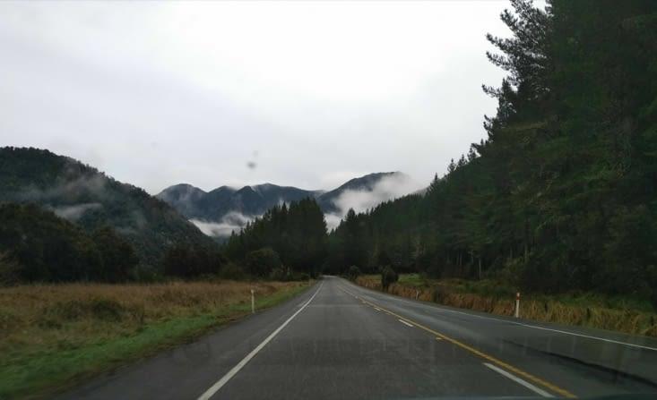 De la brume, des montagnes et seuls sur la route