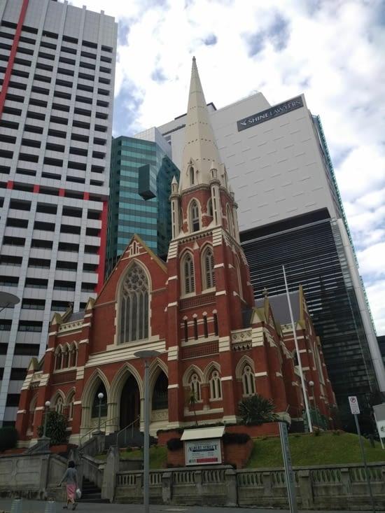 Ancienne église encerclée de buildings
