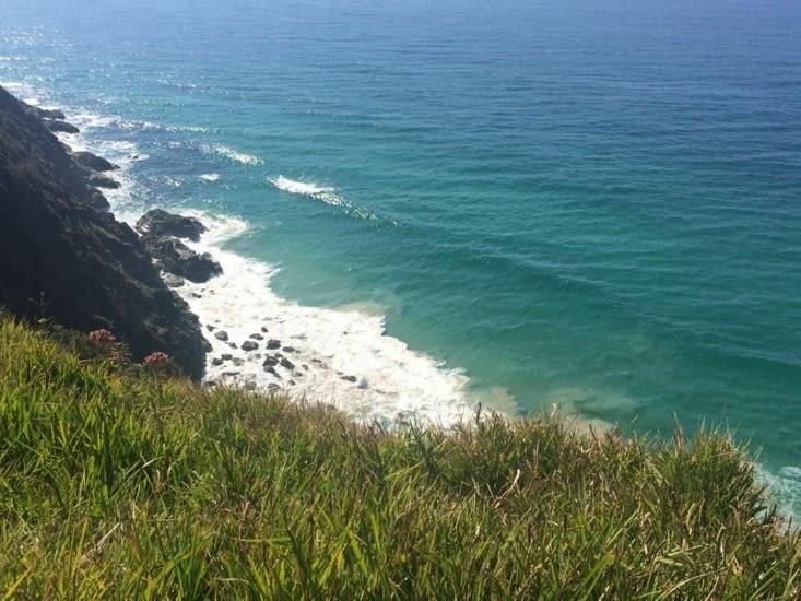 Les eaux vert-bleu en bas du phare