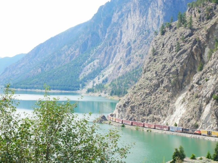 Chemin de fer le long du lac 👌
