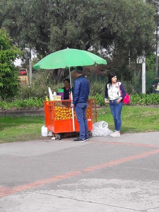 Petit vendeur de jus d'oranges 🍊