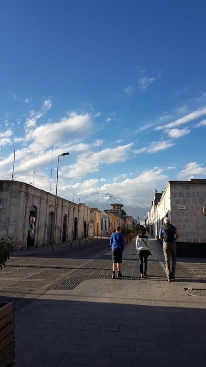 Promenade dans les rues avec le volcan en fond