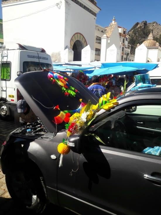 Décoration des voitures pour la bénédiction