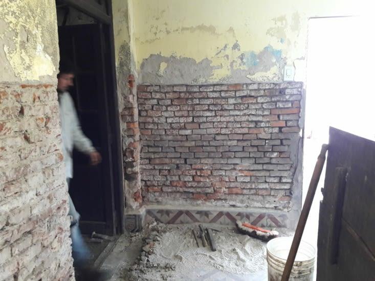 Nettoyage des briquettes du mur terminé !