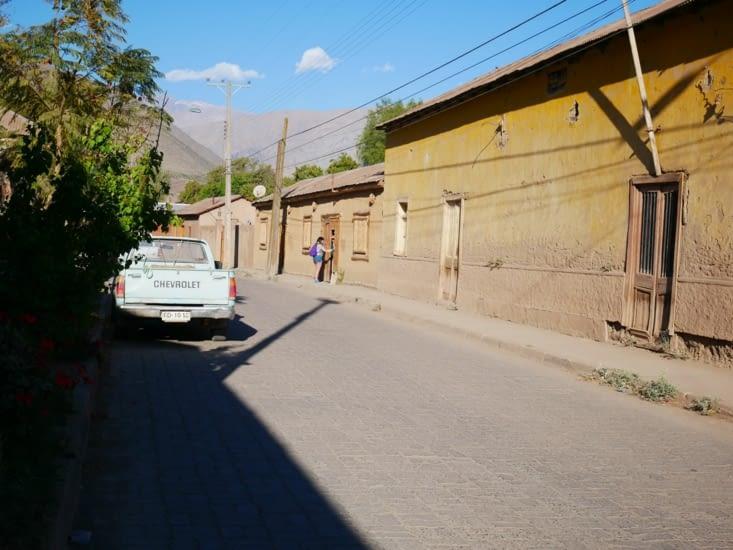 Rue du village et ses maisons en terre