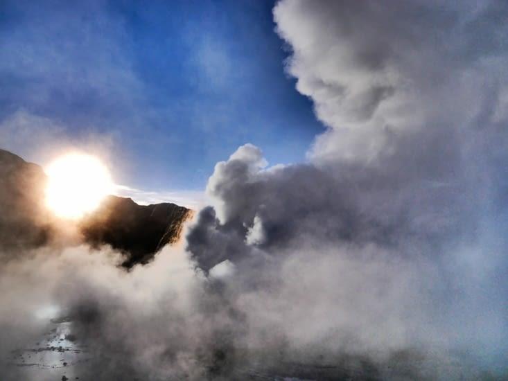 Le soleil passe les montagnes