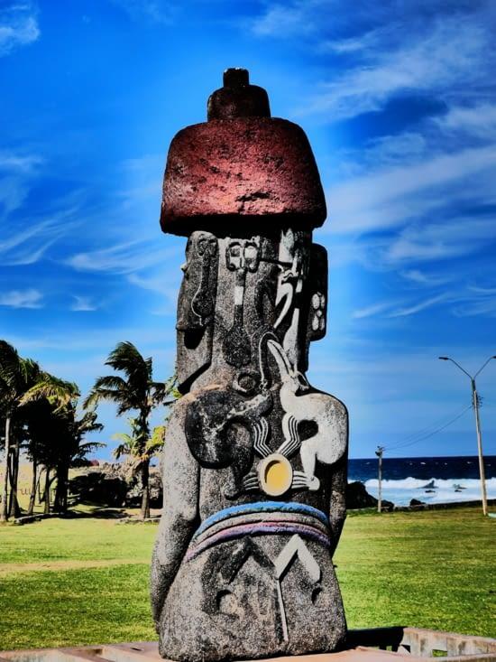 Toujours regarder derrière un moai :)