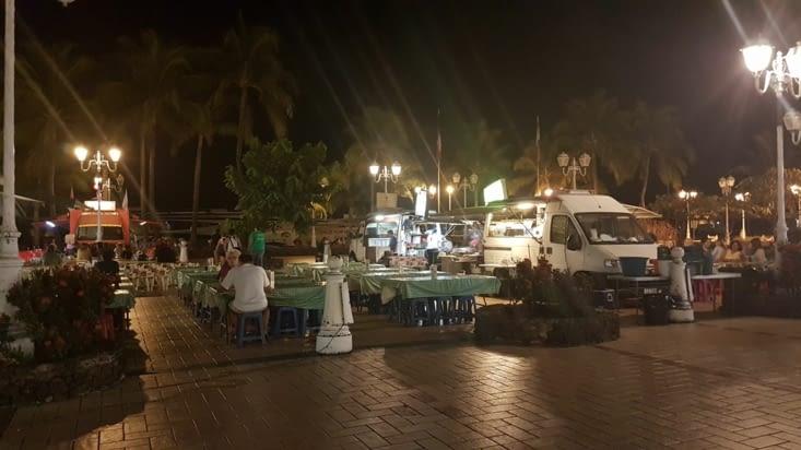 Repas aux roulottes de Papeete