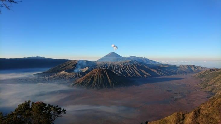 Le Bromo avec petite éruption du Semeru en prime