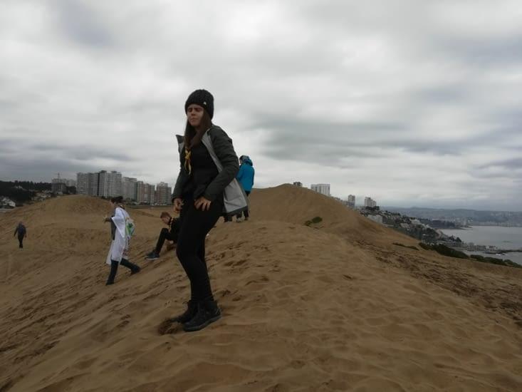 Honorine, en haut de la dune, prête à redescendre.