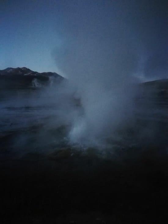 Le geyser, dans la pénombre.
